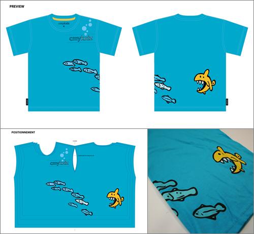 Ce t-shirt pour enfant n'a qu'un seul panneau pour le devant et le dos. Ceci permet d'imprimer en une seule séquence une scène qui passe de l'arrière à l'avant du t-shirt. L'image est centrée de tel sorte que le logo tombe toujours au coeur.